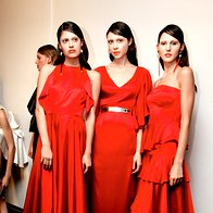 Rdeča: Obleke in pas, vse Maja Štamol; nakit E2RD. (foto: Helena Kermelj)
