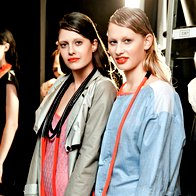 Volumen: Trenčkot in obleka, bluzon in obleka, nakit in torbici, vse Sofia Nogard. (foto: Helena Kermelj)