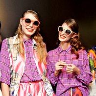Eksotična mešanica vzorcev: Bluza, brezrokavnik in hlače, bluza in krilo, vse Ivan Rocco; sončna očala Different. (foto: Helena Kermelj)