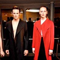 Purizem luksuza: Plašč in kratke hlače, plašč, bluza in hlače,  vse Zoran Garevski. (foto: Helena Kermelj)