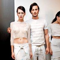 Minimalizem  v beli: Top in hlače, majica in hlače, vse Tanja Zorn; obutev United Nude. (foto: Helena Kermelj)