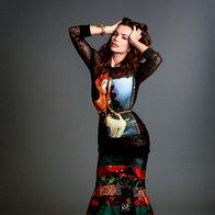 Majica, krilo in gležnjarji, vse Givenchy; vintidž zapestnica Louis Vuitton. (foto: Decker + Kutić)