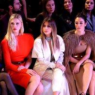 Kim Kardashian v prvi vrsti na reviji Stephane Rolland (foto: Profimedia)