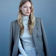 Volneni suknjič Louis  Vuitton; top Hermès; kratke hlače Bassike;  uhan The 2 Bandits; verižica Gucci; zlata  zapestnica Kirstin Ash; srebrna zapestnica  Thomas Sabo. (foto: Stephen Ward)