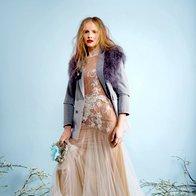 Obleka  Majafermefashion, 1.200 €; suknjič  Max & Co., 223 €; bolero Adolfo  Dominguez, 219 €;  broška Sodini, 116 €; torbica Bijoux, 25 €; velika roža na torbici A-zone, 5,80 €; mala roža H & M, 2,95 €; gležnjarji Colors of California, 54 €. (foto: Fulvio Grissoni)