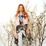Obleka Denim & Supply,  119 €; velika roža A-zone, 5,80 €; mali roži in rožnata roža, vse H & M, 2,95 €/kos; hlače Zara, 49,95 €;  jakna Eber, 390 €; ogrlica  kot zapestnica Parfois,  12,95 €; torbica Parfois,  32,95 €; salonarji  Valentino, 579 €. (foto: Fulvio Grissoni)