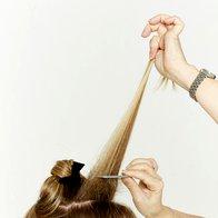 Domači frizerski salon: Zavozlan konjski rep - odličen za počitnice! (foto: NIVEA)