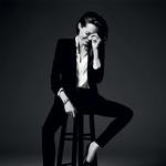 Suknjič; svilena bluza; zlata zapestnica; usnjen pas; črne hlače; usnjeni salonarji, vse Saint Laurent by Hedi Slimane. (foto: Hedi Slimane)