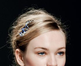Okrasite svoje lase z draguljem ob strani