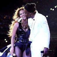 Navdušeno množico na njuni turneji sta s poljubom še dodatno ogrela Beyonce in Jay-Z (foto: profimedia)
