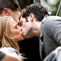 Penn Badgley je zdaj že bivšo punco Blake Lively na snemanju serije Gossip Girl presenetil s strastnim poljubom (foto: profimedia)