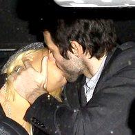 Christina Aguliera in Matthew Rutler se nista mogla zadržati in si strasten poljub izmenjala kar na zadnjih sedežih avtomobila (foto: profimedia)