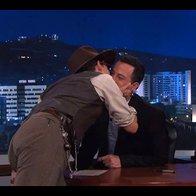 Johhny Depp je svojo hvaležnost za povabilo v oddajo voditelju Jimmyju Kimmelu dokazal kar s poljubom (foto: profimedia)