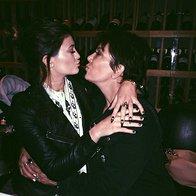 Mama je ena sama. To ve tudi Kylie Jenner, ki je prisrčen poljub na daljavo namenila mami Kris Jenner (foto: profimedia)