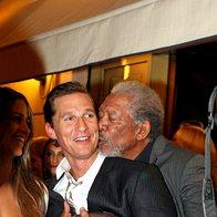 Morgan Freeman je presenetil in ujel Matthewa McConaugheyja in mu pritisnil še poljub na lice (foto: profimedia)