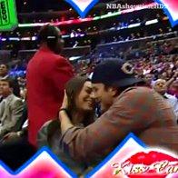 """Tudi zaročencema Mili Kunis in Ashtonu Kutcherju ni uspelo uiti slavni """"kiss cam""""na košarkarski tekmi v Los Angelesu (foto: profimedia)"""