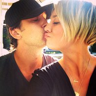 Da je njun plamen ljubezni šele začel goreti, sta na Twitterju pokazala novoporočenca Kaley Cuoco in Ryan Sweeting (foto: profimedia)