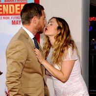 Drew Barrymore je možu Willu Kopelmanu rdeče ustnice razprla v poljub na premieri filma Pa ne že spet ti! (foto: profimedia)