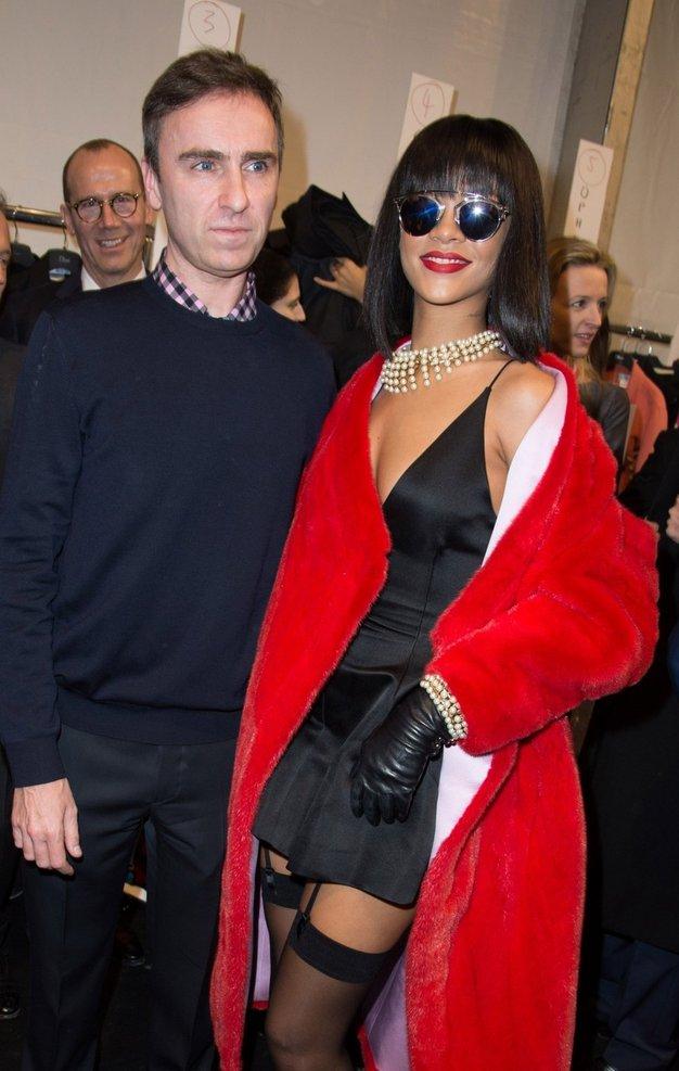 Rihanno poleg množic obožujejo tudi modni oblikovalci. Na fotografiji pozira s kreativnem vodjem pri Diorju Rafom Simonsom. - Foto: Profimedia