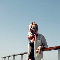 Plašč Marella, 279 €; sončna očala Zara, 16,95 €; ruta in zapestnice, vse  Frey Wille, 345 €  in 715 €/kos; kopalke  Calzedonia, 69 €. (foto: Mimi Antolović)
