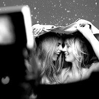 Foto: Kate Moss in Cara Delevingne za Burberry (foto: profimedia)