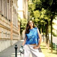 Top Anđela Lukanovič, 380 €; hlače Nina Gorissek, 110 €; torba Cinti,  79 €; salonarji DKNY, 169 €; prstan Olga Košica, 120 €. (foto: Lior Susana)
