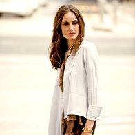 Bluza Lucija  Jankovec, 85 €;  hlače Sofia Nogard, 220 €; zapestnica Marco Bicego, 4.510 €. (foto: Lior Susana)