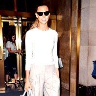 Ameriška  manekenka Karlie Kloss pred modno revijo Oscarja  de la Rente. (foto: Profimedia)