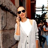 Manekenka pred modno revijo na pariškem tednu mode. (foto: Profimedia)
