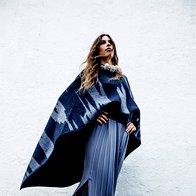 Pončo DKNY, 539 €; obleka Stefanel, 195 €; čevlji Hego's, 139 €; ogrlica Barbara K. Germ, 185 €. (foto: Mimi Antolović)