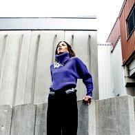 Pulover Ralph Lauren, 199 €; hlače Kenzo, 379 €; superge Lacoste, 94,95 €; ogrlica in prstan, oboje Barbara K. Germ, 170 € in 45 €. (foto: Mimi Antolović)