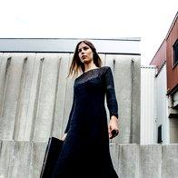 Obleka Twin-Set, 229 €; torbica Marjeta Grošelj, za ceno vprašajte v trgovini; superge Lacoste, 94,95 €; uhan in prstana, vse Barbara K. Germ, 65 € in 45  €/kos. (foto: Mimi Antolović)