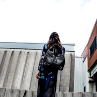 Obleka H & M Studio 49,99 €; čevlji Hego's, 149 €; nahrbtnik Marjeta Grošelj, za ceno vprašajte v trgovini; prstan Barbara K. Germ, 85 €. (foto: Mimi Antolović)
