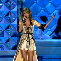Taylor Swift je navdušila v elegantni spalni srajci (foto: profimedia)