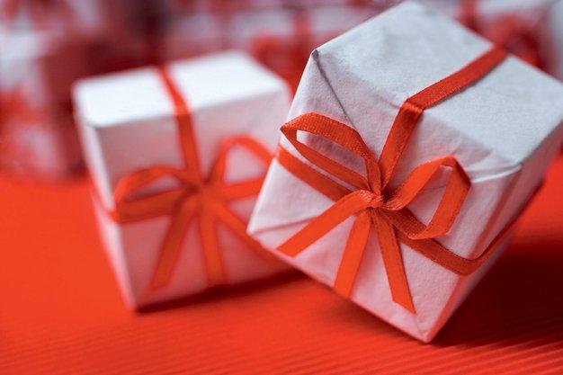 Kako izbrati darilo zanjo in zanj? - Foto: profimedia