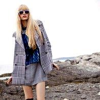Obleka Kenzo, 519 €; jakna Penny Black, 259 €; sončna očala Max & Co., 145 €; prstan Skušek, 85 €; škornji Guess, 295 €. (foto: Fulvio Grissoni)