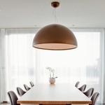 Vsak prostor zaznamujejo elegantni dizajnerski kosi pohištva, kot so svetilka znamke Flos in stoli Eams iz Vitre. (foto: Fulvio Grissoni)
