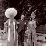 Markiza v kostumu s povabljencem, problečenim v Turka, na vrtu Ca' Venier dei Leoni, 1913. (foto: promocijsko gradivo, )
