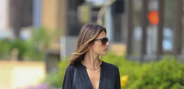 Alessandra Ambrosio v šik črnini