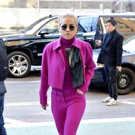 Rita Ora v drznem fuksija kompletku (foto: profimedia)