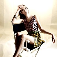 Obleka Moschino Cheap & Chic, 459 €; zapestnica Sariko, 11,90 €; superge  Moschino Cheap & Chic, 199 €. (foto: Mitja Božič)