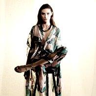 Tunika H & M, 69,99 €; hlače H & M, 59,99 €; ogrlica Accessorize, 9,90 €; sandale Valentino, 539 €. (foto: Mitja Božič)