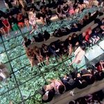 LVMH je za paviljon pred palačo Grimaldijevih, opremljen z zofami oblikovalca Pierra Paulina in s tlemi iz zaslonov, prikazujočih posnetke podvodnega sveta umetnika Angela Leccie, porabil neizmerno veliko denarja. (foto: profimedia, promo)