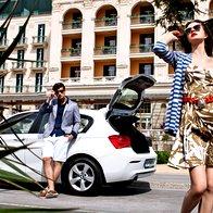 ON: Suknjič Strellson, 289,99 €; srajca Only & Sons, 44,99 €; kratke hlače s.Oliver, 39,99 €; sončna očala Tommy Hilfiger, 130,80 €; čevlji Tommy Hilfiger, 129,99 €. ONA: Plašč Cristyn & Co., 64,99 €; obleka Sisley, 76,95 €; ogrlica kot pas Pentlya by Goga, ceno preverite na FB-strani; sončna očala Dior, 409,30 €. (foto: Žiga Mihelčič)