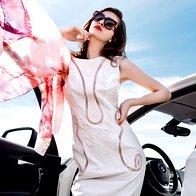 Obleka Sisley, 109 €; šal Fras, 78,99 €; sončna očala Fendi, 272,80 €. (foto: Žiga Mihelčič)
