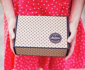 Kaj podariti osebi, ki že ima vse? Podarite nekaj novega, unikatnega - mesečno darilno Škatlico!