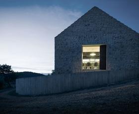 Med sodobnim in tradicionalnim: Kompaktna hiša na Krasu
