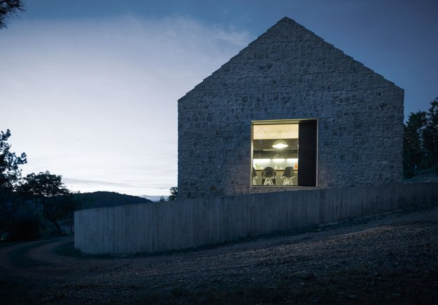 Med sodobnim in tradicionalnim: Kompaktna hiša na Krasu - Foto: Janez Marolt