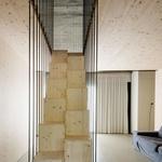 Stopnice v zgornje nadstropje so premišljeno izpeljane, tako da zasedajo čim manj prostora. (foto: Janez Marolt)