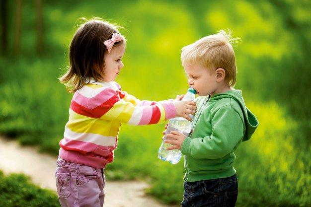 Otroci in njihova potreba po pitju vode - Foto: Shutterstock